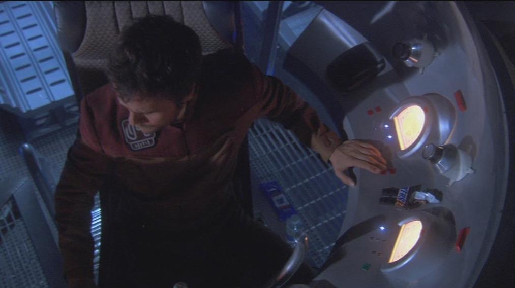 """Hat da vielleicht jemand vergessen seinen Snack (rechts im Bild) vom Set zu entfernen? Bild: Screenshot aus 3x16 """"The Ark"""")"""